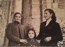Tre sorelle, Scandriglia, 1957. Acquisizione digitale da stampa positiva ai sali dargento, 7 x 10,5 cm.