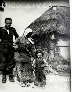 Il sergente alpino Biagino Poscente con una donna e un bambino durante la campagna di Russia, Nikolajwca 1942