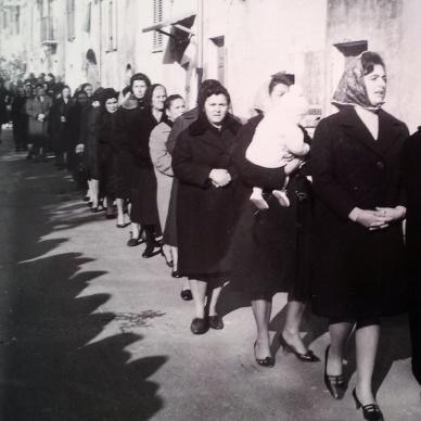 Processione, Scandriglia, 1963. L'immagine è elaborata in digitale con Instagram. L'originale è una stampa alla gelatina ai sali d'argento, 10x15 cm.