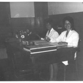 Archivio privato di Gabriella Rinaldi, Laboratorio tessile, Snia di Rieti, da sinistra Gabriella Rinaldi e Rossana Aguzzi