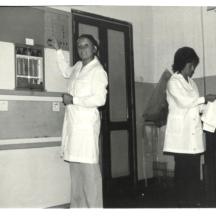 Archivio privato di Gabriella Rinaldi, Laboratorio tessile, Snia di Rieti, Umidificatore, da sinistra Clara David, Gabriella Rinaldi e Lina Paolucci