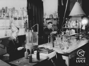 """Archivio Storico Luce, Reparto Attualità, Servizio fotografico """"Padova. Stabilimenti Snia e Stanga – lo spaccio, la mensa, il consiglio di fabbrica"""", Padova, 9 marzo 1945, A00169799"""