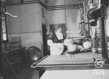 """Archivio Storico Luce, Reparto Attualità, Servizio fotografico """"Padova. Stabilimenti Snia e Stanga – lo spaccio, la mensa, il consiglio di fabbrica"""", Padova, 9 marzo 1945, A00169814"""