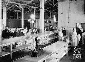 """Archivio Storico Luce, Reparto Attualità, Servizio fotografico """"Padova. Stabilimenti Snia e Stanga – lo spaccio, la mensa, il consiglio di fabbrica"""", Padova, 9 marzo 1945, A00169816"""
