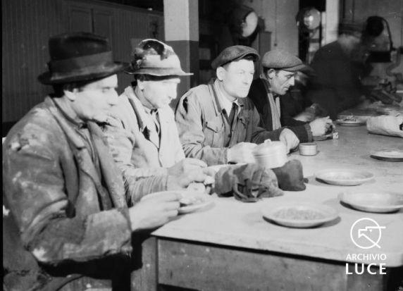 """Archivio Storico Luce, Reparto Attualità, Servizio fotografico """"Padova. Stabilimenti Snia e Stanga – lo spaccio, la mensa, il consiglio di fabbrica"""", Padova, 9 marzo 1945, A00169817"""