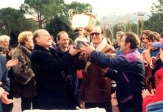 Il provveditore Giuseppe Antonio Giordano premia la Basilio Sisti del preside Umberto Di Domenico e del professore Fedro Le Donne, foto tratta da S. Mariantoni (a cura di), Rieti Meeting. La storia, Rieti, RI Stampa, 2017