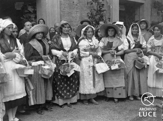 Archivio Storico Luce, Reparto Attualità (1927-1955), A00024659, Roma, Giornata nazionale dell'uva, 28 settembre 1930. Gruppo di donne in costumi folcloristici laziali posa ai Mercati Traianei.