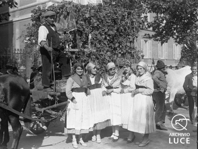 Archivio Storico Luce, Reparto Attualità (1927-1955), A00024690, Roma, Giornata nazionale dell'uva, 28 settembre 1930. Gruppo di donne in costumi tradizionali del Lazio posa vicino ad un carro-vendemmia a Villa Borghese.