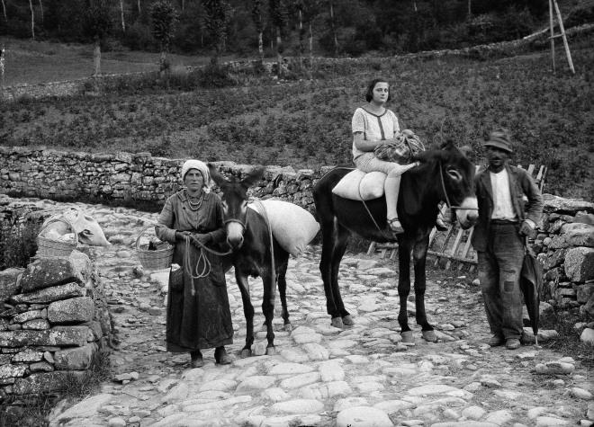 Fondo AIS, Paul Scheuermeier, Amatrice, Famiglia al ritorno dal mulino, 1925.